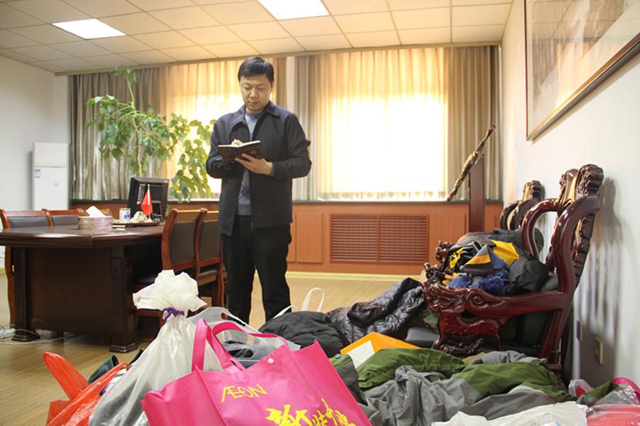黄岛区检察院开展向藏区困难群众捐助衣物活动